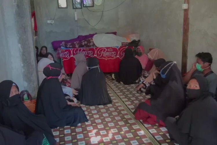 Suasana duka di rumah ibu hamil yang tewas karena terpeleset saat gempa mengguncang Mamuju, Sulawesi Barat, pada Rabu (28/10/2020) dini hari.