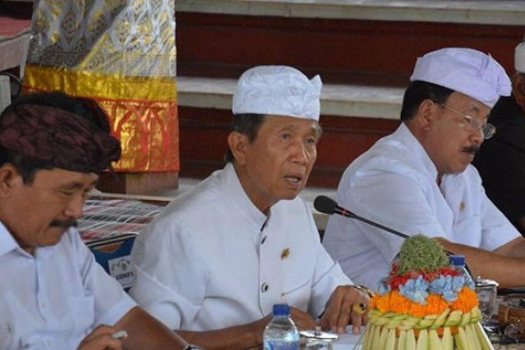 Gubernur Bali Made Mangku Pastika saat menggelar simakrama di Wantilan DPRD Provinsi Bali, Sabtu (3/3/2018).