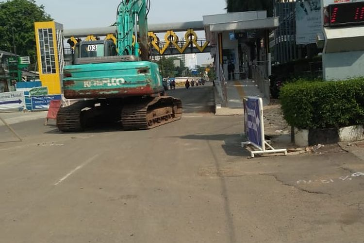 Proyek perbaikan di kawasan halte Transjakarta Antrium Senen, Jakarta Pusat, Minggu (4/10/2020)