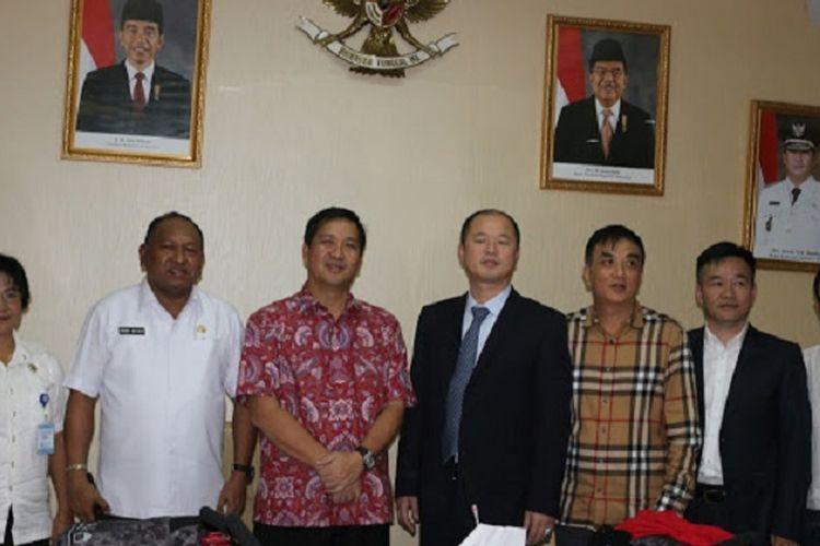 Wakil Gubernur Sulawesi Utara Steven Kandouw saat menerima kunjungan kerja dari chairman Anhui Dong Jin Renewable Resource Technology Co., Ltd, di ruang kerja Wakil Gubernur Sulut, Rabu (5/12/2018)