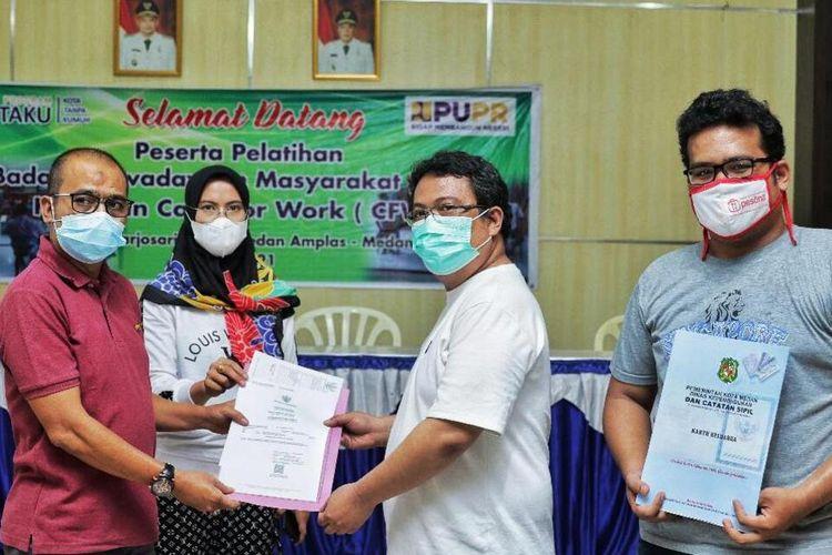 Camat Medanamplas Edi Mulia Matondang dan Lurah Harjosari 2, Siska Ayu menyelesaikan pekerjaan Kepling 17 yang dipecat Wali Kota Bobby Nasution karena pungli kepada warganya, Sabtu (21/5/2021)