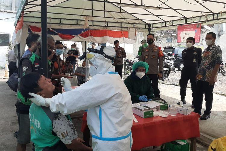 Polsek Menteng menggelar swab tes antigen terhadap pengemudi ojek online di lapangan Blora, Menteng, Jakarta Pusat, Kamis (3/5/2021).