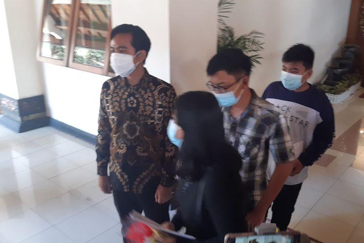 Wali Kota Solo Gibran Rakabuming Raka bersama tiga bersaudara yatim piatu akibat Covid di Balai Kota Solo, Jawa Tengah, Selasa (3/8/2021).