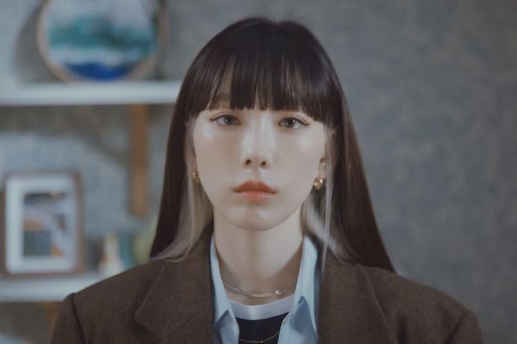 Taeyeon dalam musik videonya What Do I Call You