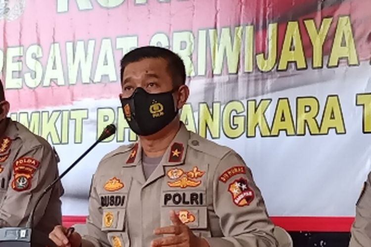 Kepala Biro Penerangan Masyarakat Divisi Humas (Karopenmas Divhumas) Polri Brigjen Rusdi Hartono (ketiga dari kiri) menyampaikan paparan terkait perkembangan terkini identifikasi korban di RS Polri Kramatjati, Jakarta Timur, Minggu (10/1/2021).