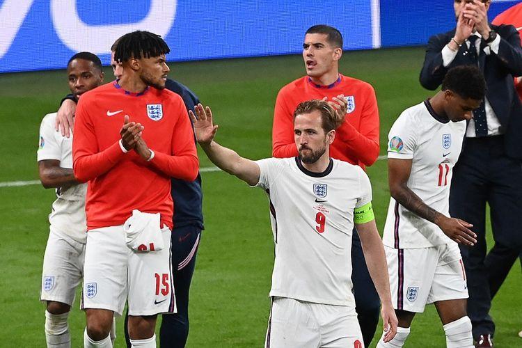Striker timnas Inggris Harry Kane (tengah) menyapa para pendukung setelah kekalahan mereka dalam pertandingan final Euro 2020 antara Italia vs Inggris di Stadion Wembley di London pada 12 Juli 2021.