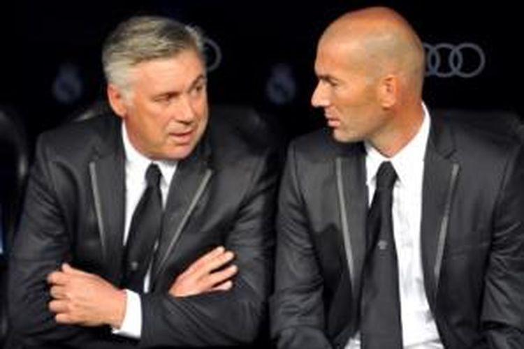 Pelatih Real Madrid, Carlo Ancelotti (kiri), bersama salah satu staf pelatih Madrid, Zinedine Zidane (kanan).
