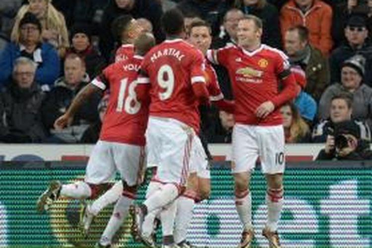 Para pemain Manchester United merayakan gol ke gawang Newcastle United pada lanjutan Premier League di Satdion St James Park, Selasa (12/1/2016) waktu setempat.
