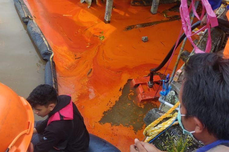 Warna air Sungai Mahakam berubah jadi warna oranye pascakejadian tumpahan minyak sawit di Simpang Pasir, Palaran, Samarinda, Kaltim, Sabtu (10/4/2021).