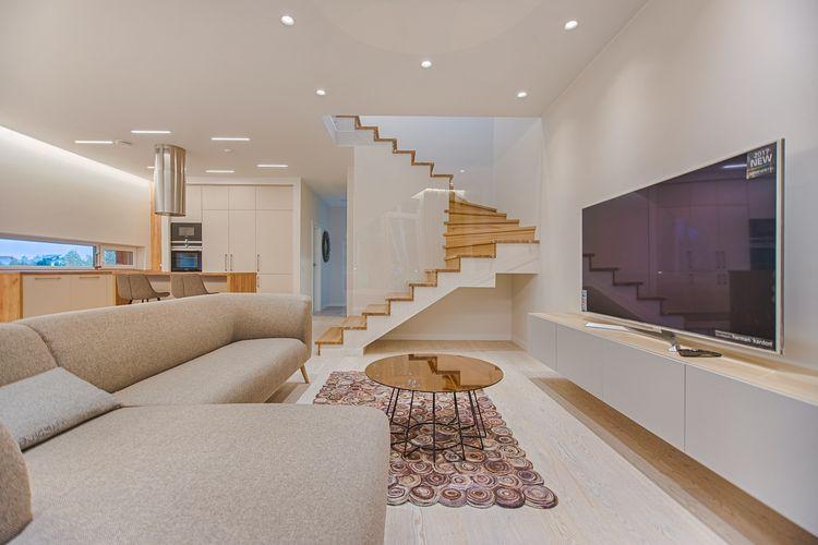 Ilustrasi TV LED di ruang keluarga.