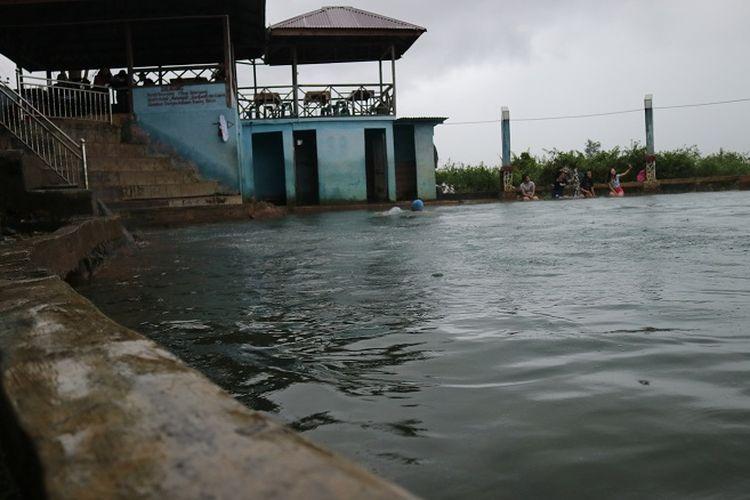 Pemandian Air Soda terletak di Desa Parbubu, Tapanuli Utara, Sumatera Utara.