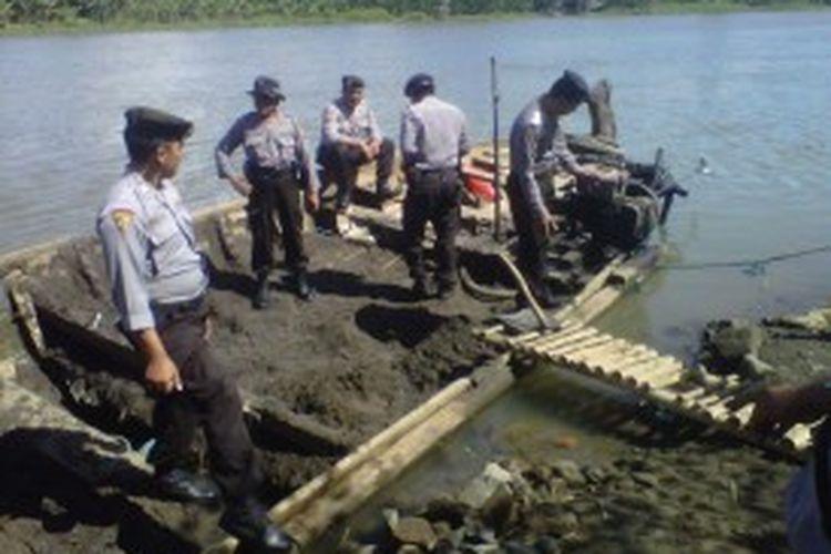 Petugas gabungan polisi dan Satpol.PP Kota Kediri, Jawa Timur, saat razia penambangan pasir ilegal di sungai Brantas, Kamis (27/6/2013).