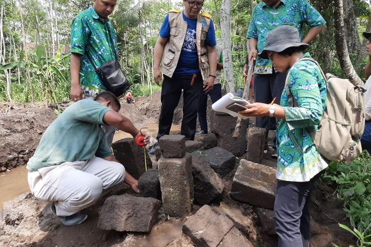 Petugas BPCB DIY saat mengukur batu-batu candi yang ditemukan di lokasi penemuan dua arca.