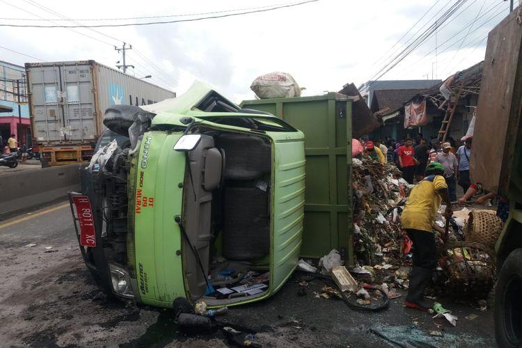 Tiga orang meninggal dunia dalam kecelakaan antara truk pengangkut sampah dengab kontainer.
