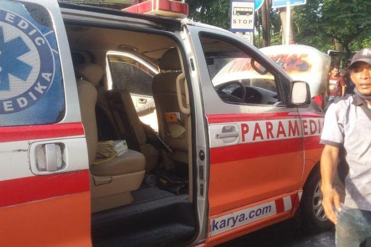 Satu unit mobil ambulans milik rumah sakit swasta di Jakarta terbakar pada bagian ruang mesin akibat korsleting di Jalan Kalimalang, Duren Sawit, Jakarta Timur, Sabtu (20/6/2020).