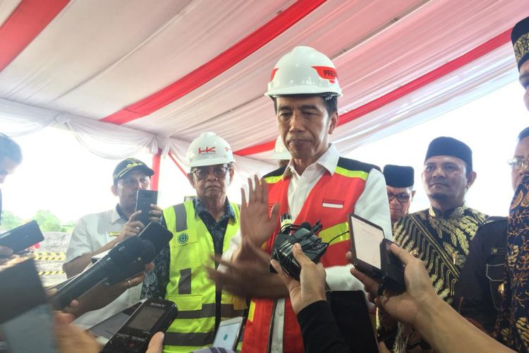 Presiden Joko Widodo meresmikan pembangunan Jalan Tol Banda Aceh-Sigli, Jumat (14/12/2018).