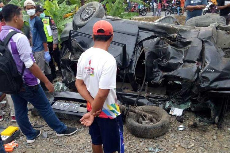 Sebuah minibus Daihatsu Xenia bernopol K 9355 GF tertabrak Kereta Api penumpang, Ambarawa Ekspres di rel perlintasan KA tanpa palang pintu di Dusun Gambrengan, Desa Depok, Kecamatan Toroh pada Jumat (27/3/2020) sore sekitar pukul 16.35 WIB.