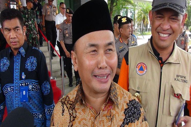 Gubernur Kalimantan Tengah, Sugianto Sabran, sesaat setelah selesai menyambut kunjungan kerja rombongan Menko Polhukam, Menteri KLHK, Kapolri dan Panglima TNI di Bandar Udara Cilik Riwut Palangkaraya