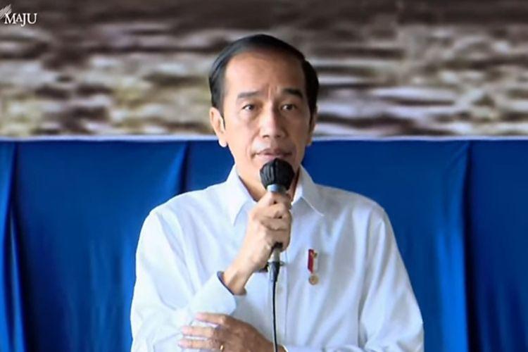 Presiden Joko Widodo saat memberikan sambutan dalam kegiatan pemberian santunan dan silaturahmi kepada para keluarga prajurit KRI Nanggala-402 yang gugur saat menjalankan tugas, bertempat di Lanudal Juanda, Sidoarjo, Jawa Timur, Kamis (29/4/2021).