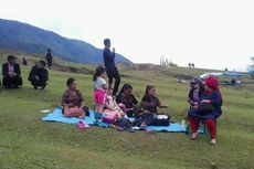 Opung Clara Ajak Cucu Nonton Festival Danau Toba...