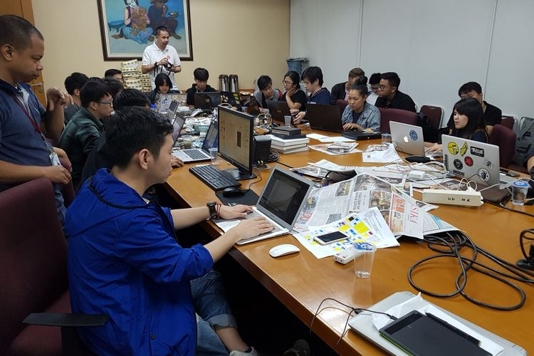 Para desainer tamu sedang bekerja di Redaksi Kompas di Palmerah, Jakarta, Jumat (27/10/2017) malam. Berkolaborasi dengan desainer dan redaksi Kompas, para desainer muda itu merancang visual halaman-halaman koran edisi Sabtu, 28 Oktober 2017, bersamaan dengan peringatan Sumpah Pemuda.