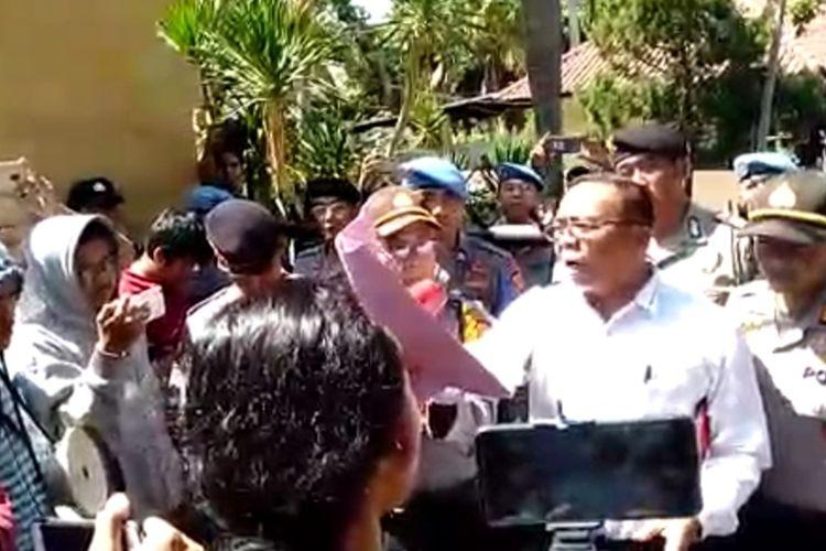 Puluhan mahasiswa yang tergabung dalam Forum Mahasiswa Patuh Karya berdemo ke Mapolda NTB, mereka mendesak agar kasus kematian Zainal Abidin, warga Pok Motong, Lombok Timur yang meninggal usai ditilang,  diusut tuntas.