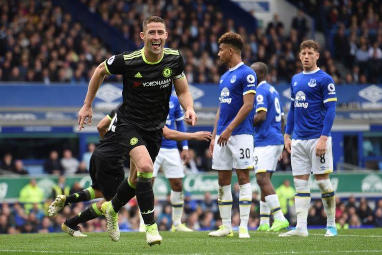 Gary Cahill melakukan perayaan seusai mencetak satu dari tiga gol Chelsea ke gawang Everton pada partai Premier League - kasta teratas Liga Inggris - di Goodison Park, Minggu (30/4/2017).
