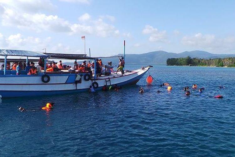 Para wisatawan sedang menikmati Laut Karimunjawa dengan melakukan snorkeling saat mengikuti paket wisata Lets Go Karimun Jawa dari PT Pelni ke Karimunjawa, Jepara, Jawa Tengah, Sabtu (18/7/2015). Snorkeling adalah salah satu atraksi yang dapat dilakukan oleh wisatawan saat berkunjung ke Karimunjawa.