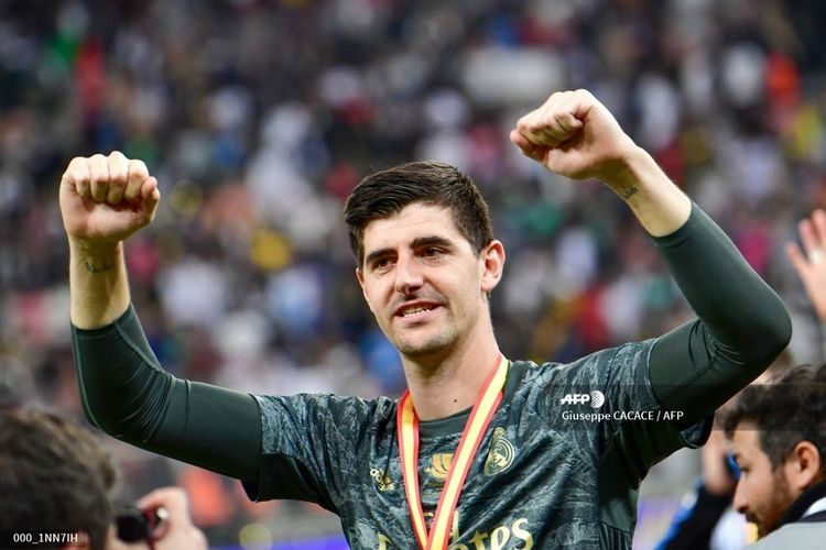 Kiper Real Madrid, Thibaut Courtois merayakan kemenangannya setelah memenangkan final Piala Super Spanyol antara Real Madrid dan Atletico Madrid pada 12 Januari 2020, di King Abdullah Sports City di Arab Saudi, kota Jeddah.