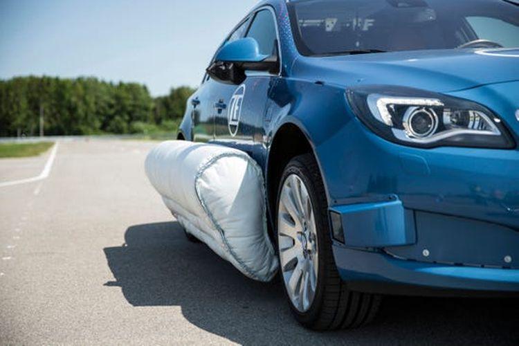ZF memperkenalkan airbag yang berada di luar mobil.