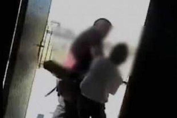 Foto ini diambil dari situs YouTube yang menampilkan aksi tak terpuji seorang siswa sebuah sekolah di Afrika Selatan yang memukuli gurunya menggunakan sapu.