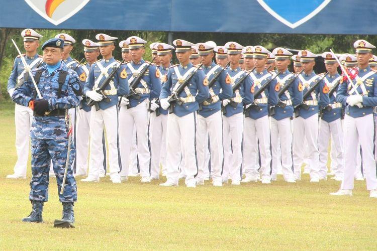 Para Taruna AAU (belakang) saat mengikuti upacara militer di Lanud Adisutjipto Yogyakarta.
