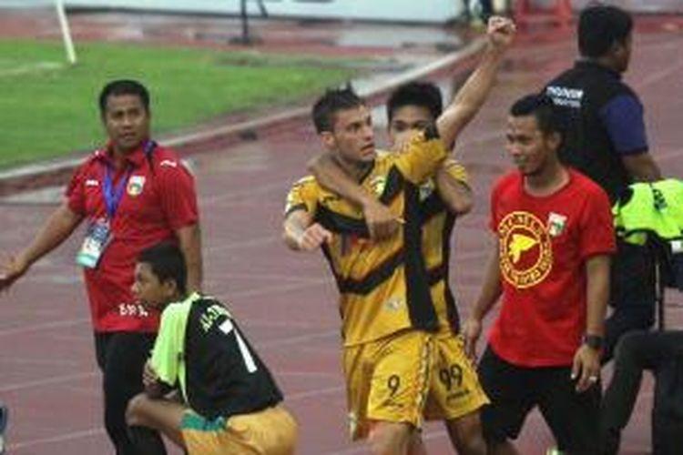 Penyerang Mitra Kukar, Patrick Dos Santos, merayakan golnya seusai membobol gawang PS TNI pada pertandingan lanjutan babak 8 besar Piala Jenderal Sudirman di Stadion Manahan, Solo, Minggu (20/12/2015).