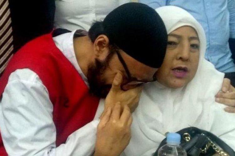 Terdakwa perkara kepemilikan narkoba Sandy Tumiwa (kiri) memeluk ibunya Amalia Nurshanty pada sidang di PN Jakarta Pusat, Kamis (19/9/2019).