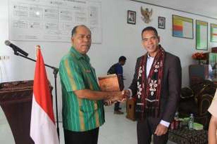 Wakil Menteri Pendidikan II Timor Leste Augusto De Jesus (kanan) dan Kepala Sekolah SMK 6, Yonas Hamma (kiri)