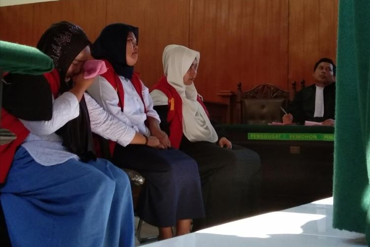 Tiga emak-emak Pepes Karawang  saat menjalani sidang putusan kasus video Kalau Jokowi Terpilih, Tidak Lagi ada Adzan di Ruang Sidang Kusuma Atmaja Pengadilan Negeri (PN) Karawang, Selasa (30/7/2019).