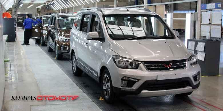 Produksi Wuling Confero S resmi dimulai di pabrik SGMW Motor Indonesia di Bekasi, Jawa Barat, Selasa (11/7/2017).
