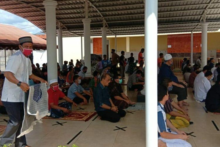 Jemaah Masjid As Saidah di Jalan Raya Cirebon-Bandung, Kabupaten Sumedang, Jawa Barat, melaksanakan shalat jumat dengan protokol kesehatan, Jumat (5/6/2020).