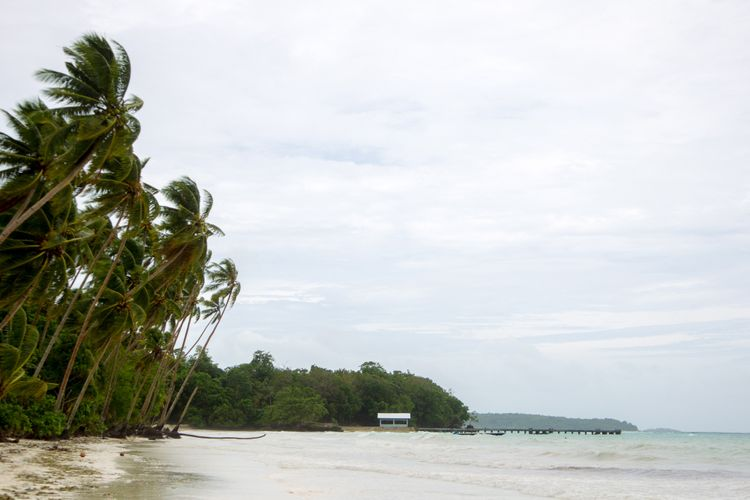 Hamparan pasir putih di Pantai Panjang, Langgur, Kabupaten Maluku Tenggara, Kamis (15/3/2018).
