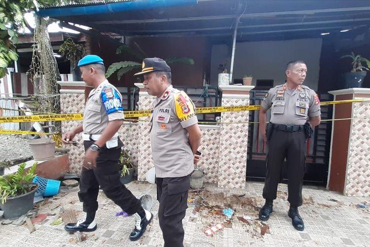 Polisi menyelidiki dugaan lain di rumah pelaku kasus cinta terlarang di Desa Lamunre Tengah, Kecamatan Belopa Utara, Kabupaten Luwu, Sulawesi Selatan, Kamis (01/08/2019)