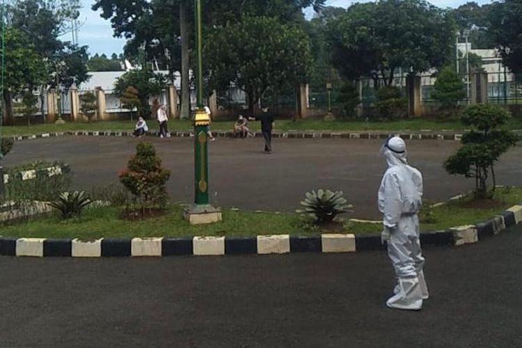 Pasien pasien isolasi mandiri Covid-19 berolahraga di lapangan Graha Wisata Ragunan, Pasar Minggu, Jakarta Selatan.