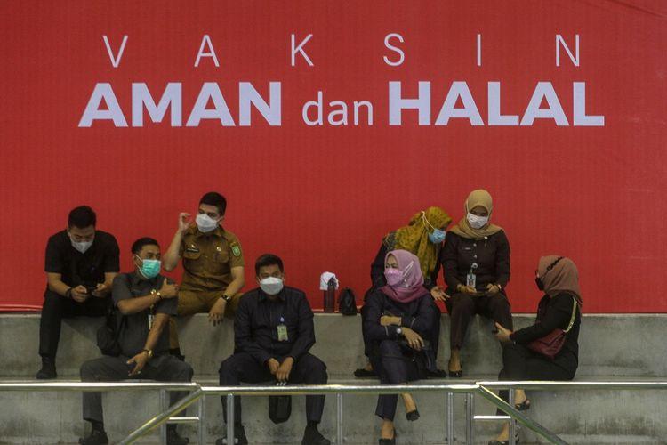 Sejumlah Aparatur Sipil Negara (ASN) menunggu giliran saat vaksinasi COVID-19 di Gelanggang Olahraga Remaja Pekanbaru, Riau, Senin (1/3/2021). Vaksinasi COVID-19 bagi petugas pelayanan publik Provinsi Riau ini diikuti sebanyak dua ribu orang yang terdiri dari TNI, Polri, ASN, tenaga pendidik, wartawan serta tokoh agama. ANTARA FOTO/Rony Muharrman/wsj.