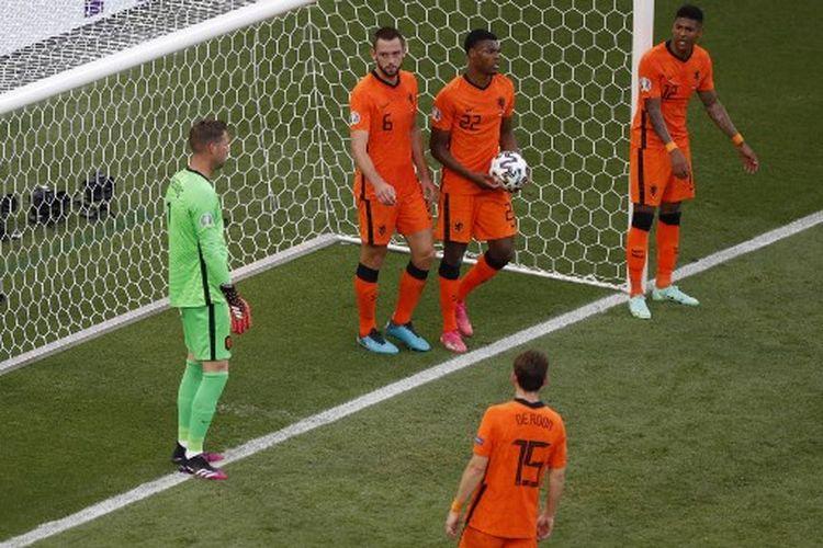 Ekspresi para pemain timnas Belanda setelah kebobolan pada laga 16 besar Euro 2020 melawan timnas Ceko di Puskas Arena, Budapest, Hungaria, Minggu (27/6/2021).