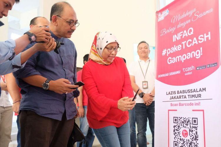 Executive Vice President Area Jabotabek Jabar Telkomsel, Ririn Widaryani saat saat meresmikan penggunaan ?Kencleng Digital? di Masjid Babussalam, Rawamangun Jakarta Timur (22/5).