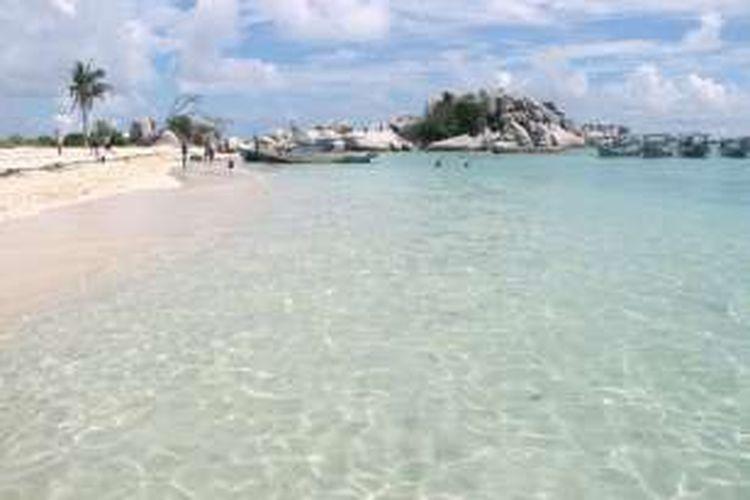 Biru laut di Pulau Lengkuas yang terletak di wilayah Kecamatan Sijuk, Belitung.