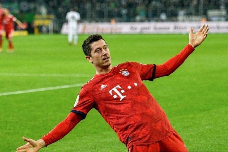 Robert Lewandowski menyamai rekor Claudio Pizarro sebagai pemain asing dengan jumlah gol terbanyak di Liga Jerman saat mencetak dua gol dalam pertandingan Borussia Moenchengladbach versus Bayern Muenchen, 2 Maret 2019.