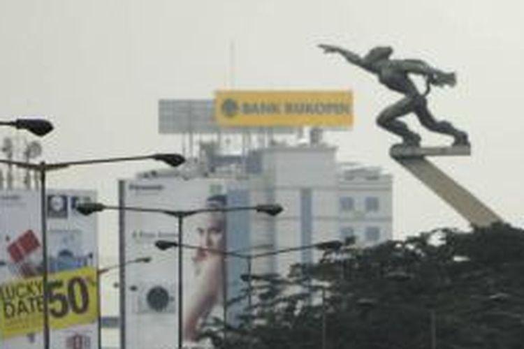 Patung Dirgantara atau yang lebih dikenal sebagai Patung Pancoran, di kawasan Pancoran, Jakarta Selatan, Kamis (5/5/2011).