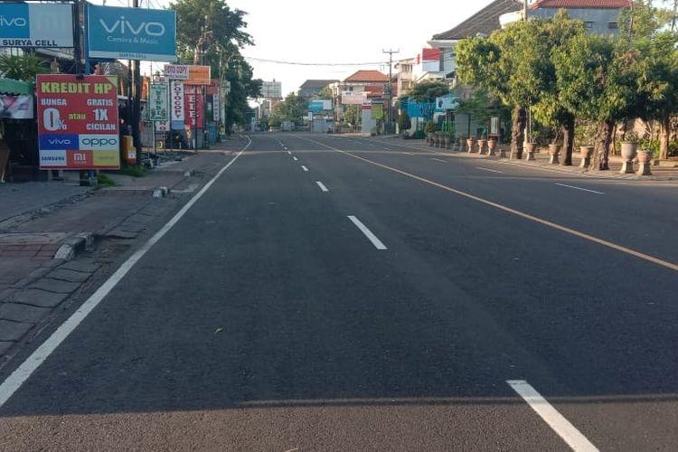 Suasana di salah ruas jalan di Kota Denpasar yang sepi tanpa lalu lintas kendaraan, Kamis (26/3/2020).