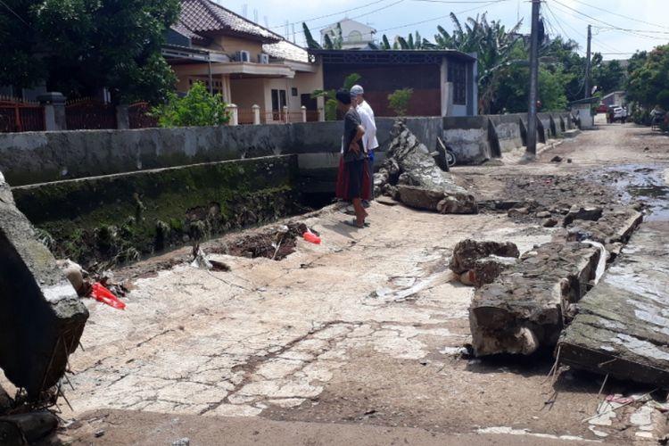 Tampak tanggul Kali Cakung di Jalan Sedap Malam, Perumahan Cahaya Kemang Permai, Jatikramat, Pondok Gede, Kota Bekasi jebol, Jumat (14/12/2018).
