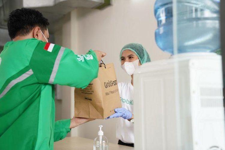 Grab Driver Center dan GrabKitchen juga telah dilengkapi dengan area pengisian hand sanitizer atau desinfektan.